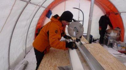 Д-р Лиз Томас проучва ледената кора, за да установи количеството сняг, което е валяло през последните столетия