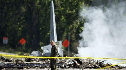 Опашката на самолета С-130 стои на път в Порт Уентуърт край Савана в щата Джорджия, докато спасителни екипи работят на мястото на катастрофата.
