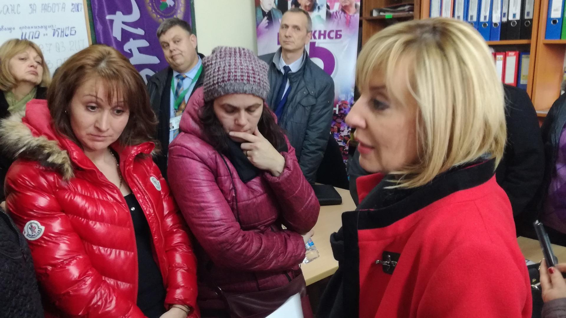 Мая Манолова на среща с шивачки от Дупница
