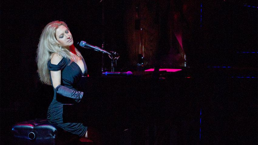 Бразилката Елиан Елиас не само свири виртуозно джаз на пианото, но също така пише песни и пее