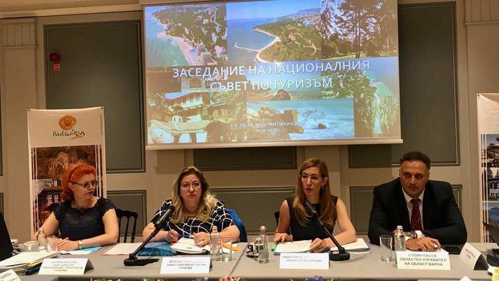 """Министър Николина Ангелкова (втората отляво) участва в Националния съвет по туризъм в курорта """"Св. св. Константин и Елена"""" край Варна."""