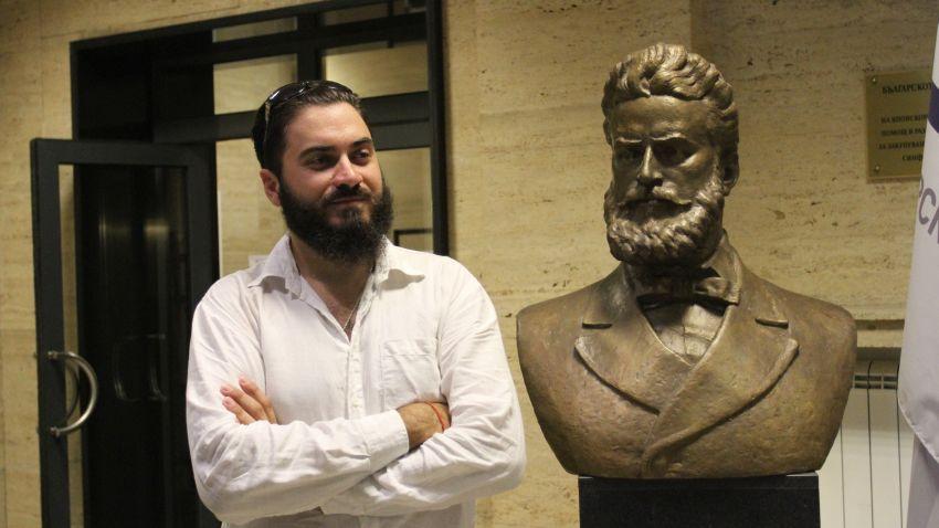 Искрен Красимиров пред бюста на Христо Ботев в Българското национално радио