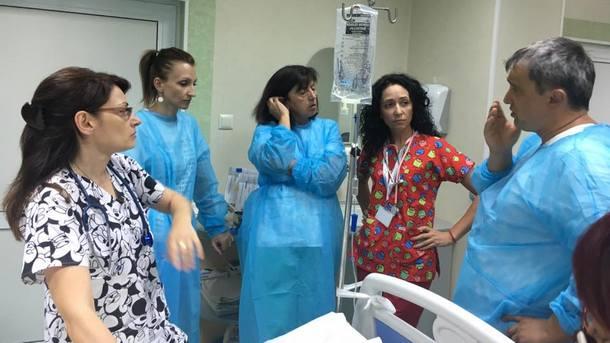 Д-р Сибила Маринова (четвърта от ляво на дясно) с колеги в областната болница във Велико Търново