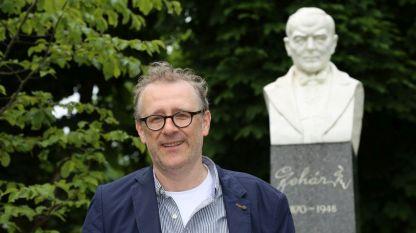 Томас Енцингер пред паметника на Франц Лехар