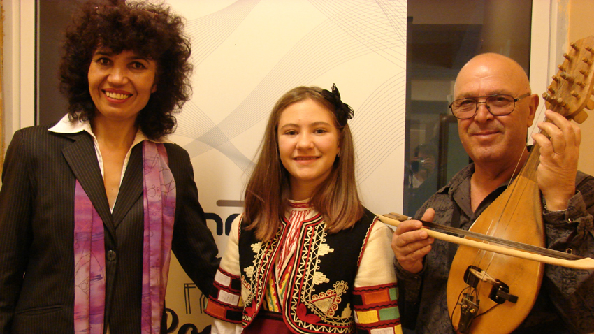Стоянка Ненкова с учителката си по фолклор Гинка Матева и майсторът на гъдулката Веселин Дойчев