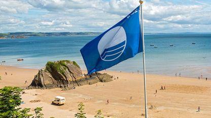 """За да се получи еко сертификат """"Син флаг"""" един плаж трябва не само да има чиста вода, но също така да отговаря на още 32 критерия относно чистотата, управлението на околната среда и организация, образование и информация за околната среда, безопасност за посетителите и услуги, както и за защита на природата, на брега и крайбрежната зона."""