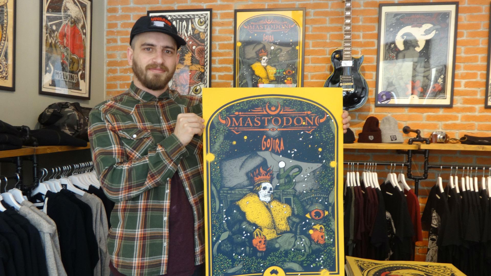 Дидо Пешев позира с плаката, който е нарисувал за концерти на Mastodon