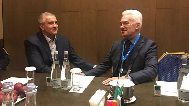 Волен Сидеров (вдясно) и Сергей Аксьонов (вляво) на срещата им в рамките на икономическия форум в Ялта, Крим.