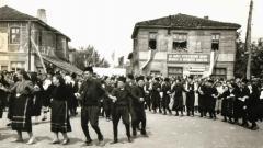 Хоро в центъра на с. Граматиково по време на първия събор-надпяване, 1960 г. Архив: Община Малко Търново.