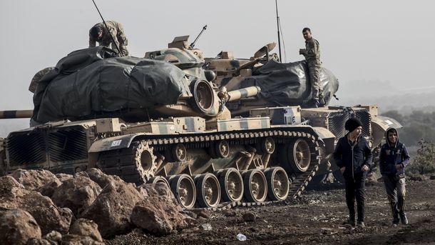 """Турски войници подготвят танковете си в провинция Хатай до границата със Сирия за участие в операция """"Маслинова клонка"""" срещу кюрдски милиции в сирийския град Африн, които твърдят, че турски въздушни удари и обстрели убили най-малко 10 души в понеделник."""