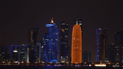 Небостъргачите на нощна Доха – поглед от залива Корниш