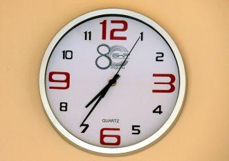 Местим стрелките на часовниците си с час назад