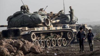 """Турски войници подготвят танковете си в провинция Хатай до границата със Сирия за участие в операция """"Маслинова клонка"""" срещу кюрдски милиции в сирийския анклав Африн."""