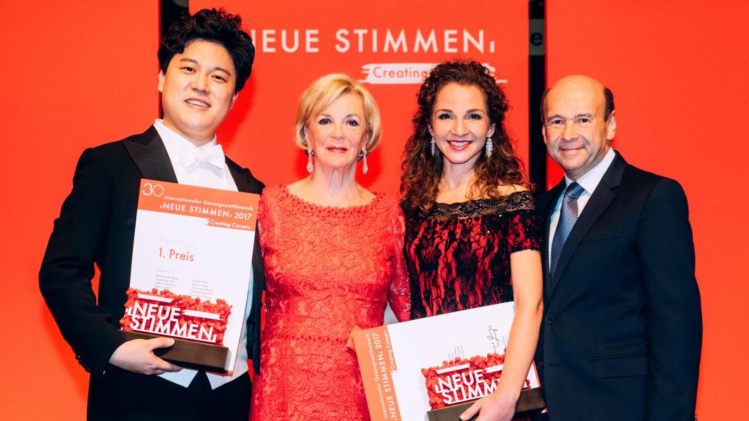 Доминик Мейер и Лиз Моон с победителите в конкурса Светлина Стоянова и Чо ЧанХи