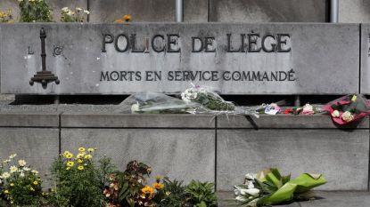 """Цветя са поставени до табло с надпис """"Загинали по време на служба"""" пред полицейски участък в Лиеж в памет на убитите във вторник две полицайки Люсил Гарсия (53 г.), която неотдавна станала баба, и Сорая Белкасеми (45 г.), която има близнаци на 13 години."""