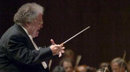Джеймс Ливайн с Бостънския симфоничен оркестър по време на концерт.
