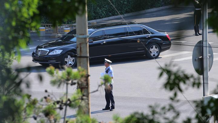 Лимузина, в която се смята, че е Ким Чен-ун, напуска държавната резиденция за гости в Пекин.