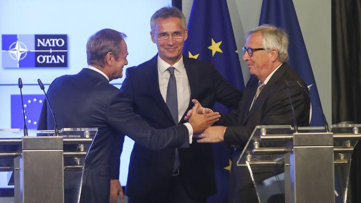 Доналд Туск, Йенс Столтенберг и Жан-Клод Юнкер (от ляво на дясно) на пресконференция в Брюксел след подписване на съвместна декларация за сътрудничество между Ес и НАТО.