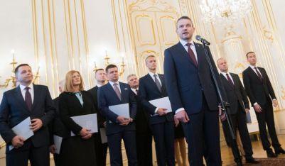 Новият премиер на Словакия Петер Пелегрини пред министрите си след получаването на документите за назначението им от президента Андрей Киска в президентството в Братислава.