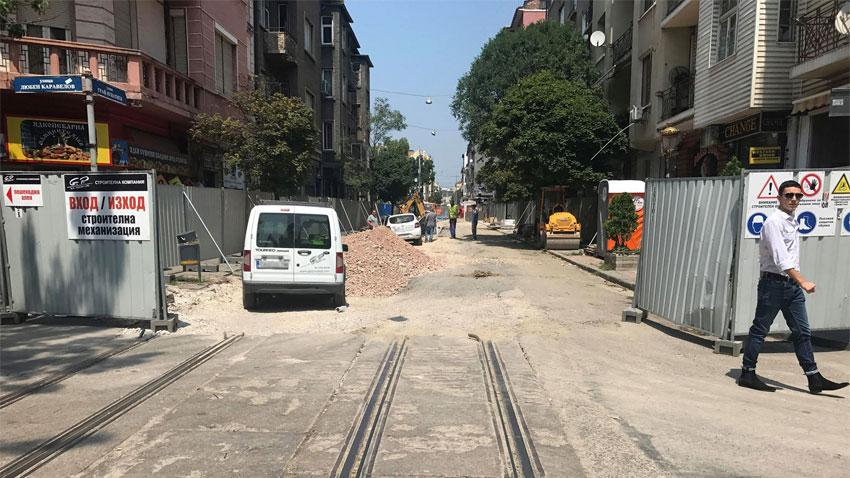 Безхаберното отношение на изпълнителите на място по ремонта в центъра