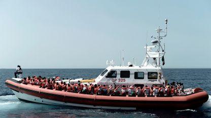 Лодка с мигранти в Средиземно море