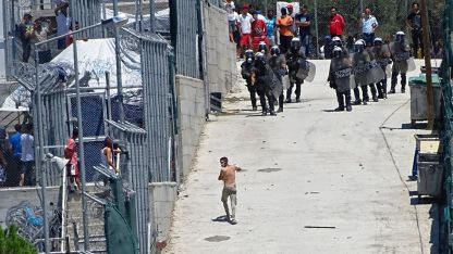 Хиляди мигранти, пристигнали от Турция, са настанени на гръцкия остров Лесбос.