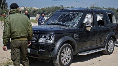 Една от повредените коли в кортежа на палестинския премиер Рами Хамдала, който е невредим след експлозията.