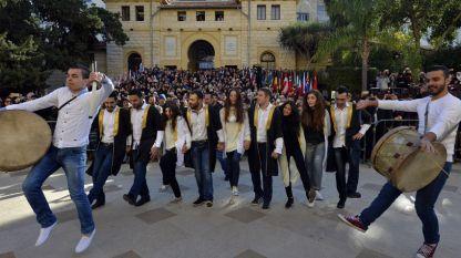 Студенти изпълняват танца дабке.