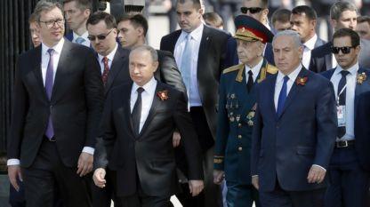 Руският президент Владимир Путин се отправя към Мемориала на незнайния войн след големия военен парад по случай 9 май, придружен от сръбския президент Александър Вучич /ляво/ и израелския премиер Бенямин Нетаняху /дясно/.