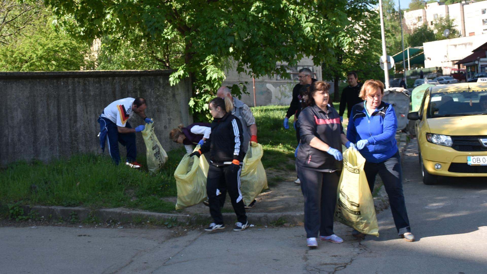 Доброволци почистват Ловеч