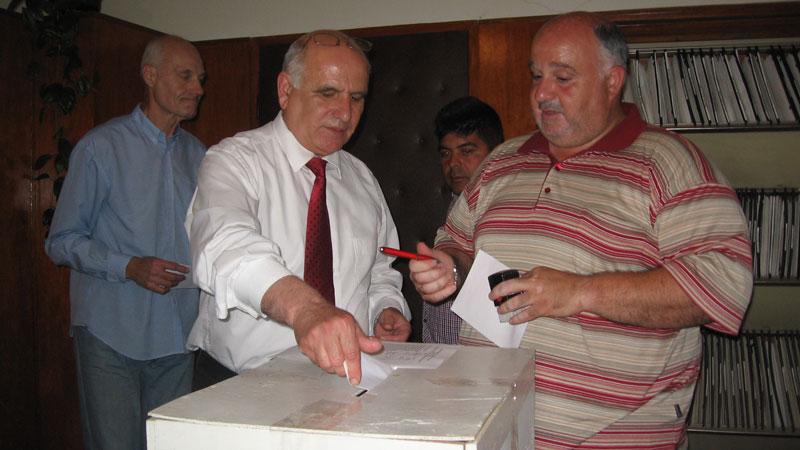 Делян Дамяновски гласува при вота на недоверие по време на майското заседание на Общинския съвет
