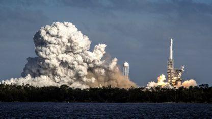 """Изстрелване на ракета в Космоса от американската частна компания """"Спейс екс""""."""