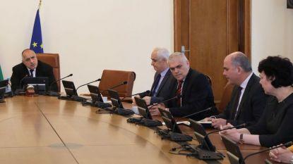 Премиерът Бойко Борисов свика оперативно заседание на правителството, на което бяха обсъдени мерки срещу битовата престъпност и да подобряване състоянието на пътищата.