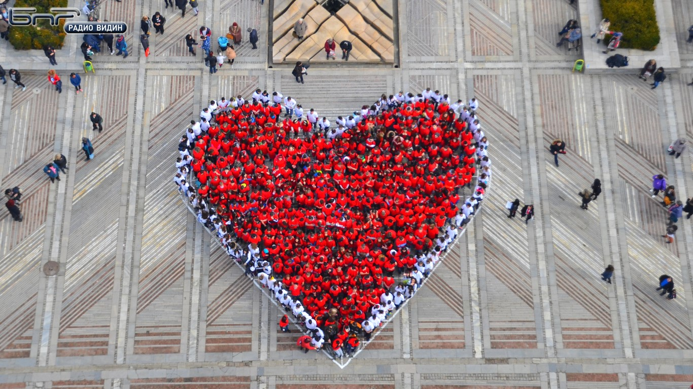 Живата мартеница под формата на сърце на 1 март 2017 година на площада във Видин
