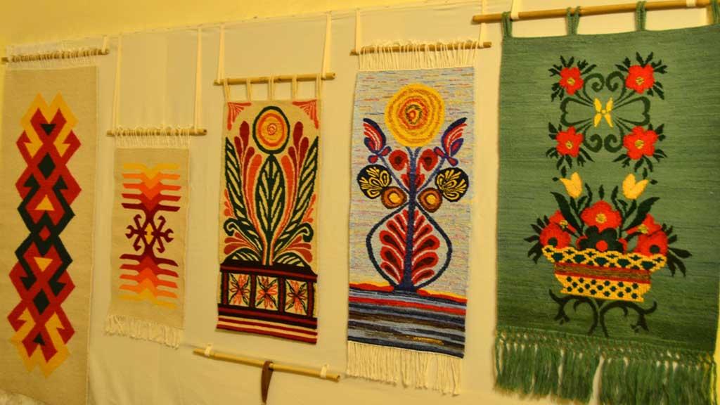 Изложба-базар на Задругата на майсторите на народни художествени ...
