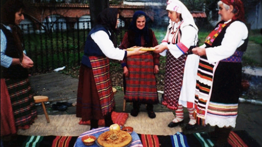 Grannies giving out baked loaf, as the day's tradition has it  /  Photo: burgasmuseums.bg