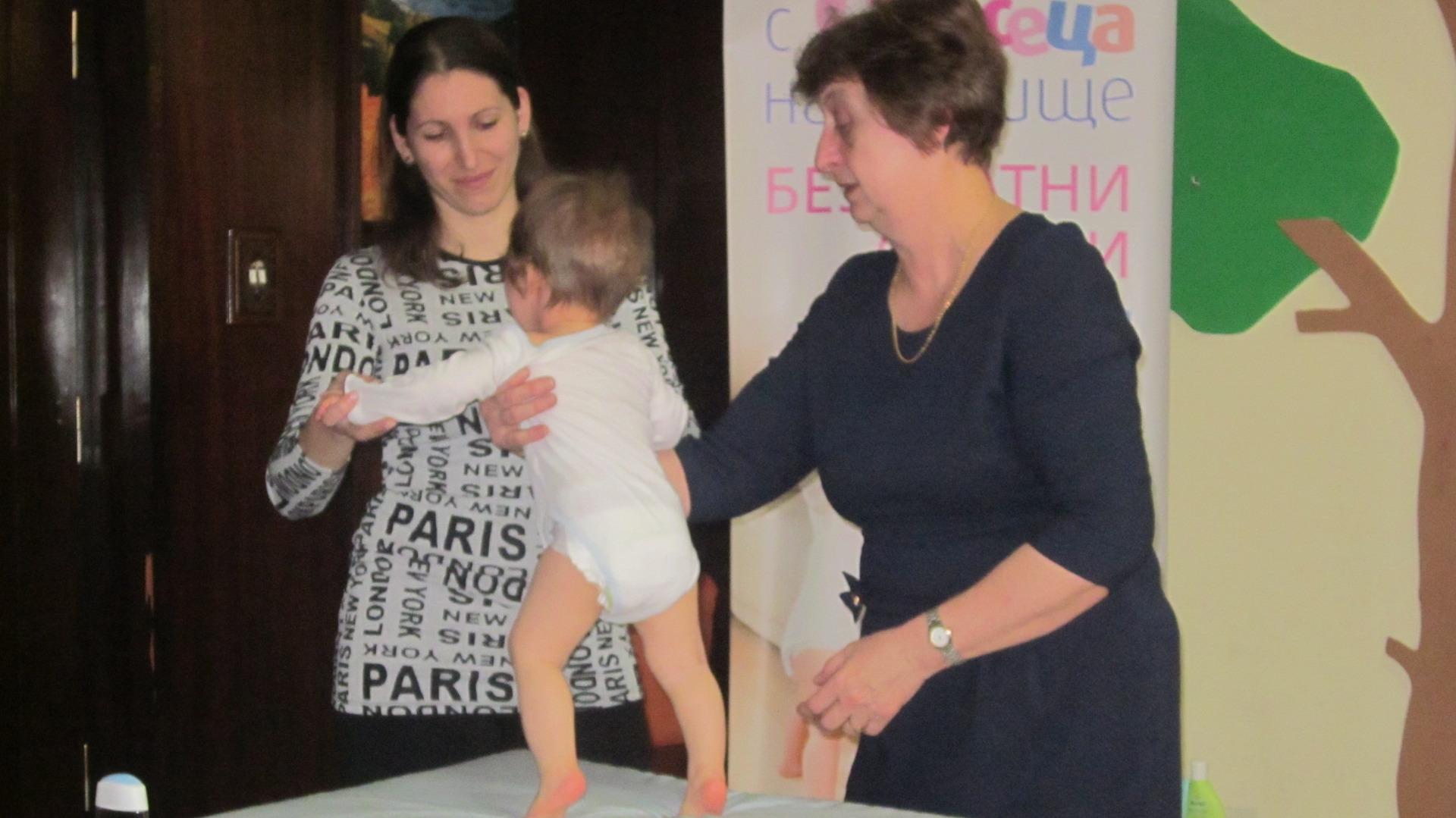 Д-р Валерия Вълчева /вдясно/ е чест гост в училището за родители във Видин.