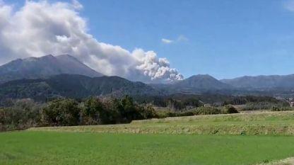 Вулканът Шинмое на южния остров Кюшу изригна дим и пепел на хиляди метра височина.