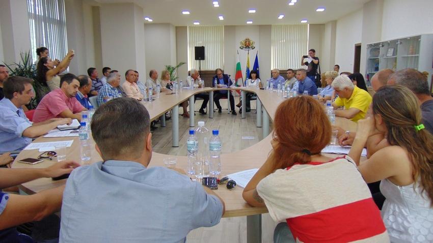Протестиращи участваха днес в среща в общината с кмета на града и представители на институциите, за да чуят какво е извършено през двете седмици срок.