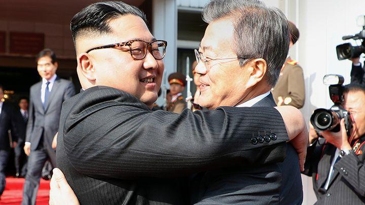 Ким Чен-ун (вляво) и Мун Дже-ин се поздравяват преди разговорите в Панминчжон.