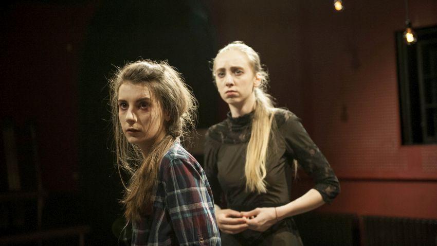 Мартина Кръстева и Надя Керанова в сцена от спектакъла
