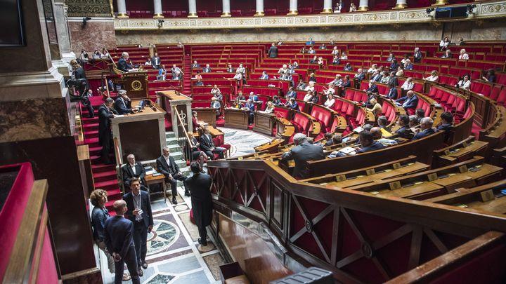 Заради скандала с упражненото насилие от помощник на президента опозицията блокира работата на комисията по законите в парламента в петък с искане за обяснения от министри и други представители на властта.