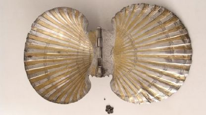 Пиксида с форма на мида от могилата Голяма Косматка край Шипка, Старозагорско. Краят на  IV - началото на   III в. пр. Хр. Сребро с позлата, емайл