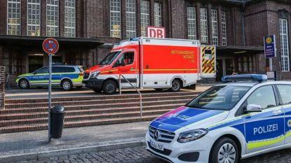 Полицейски коли и линейка на гарата във Фленсбург, блокирана при пристигане на влака, в който мъж рани с нож двама души, преди да бъде убит от полицайка.
