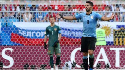 Луис Суарес празнува след първия гол на Уругвай