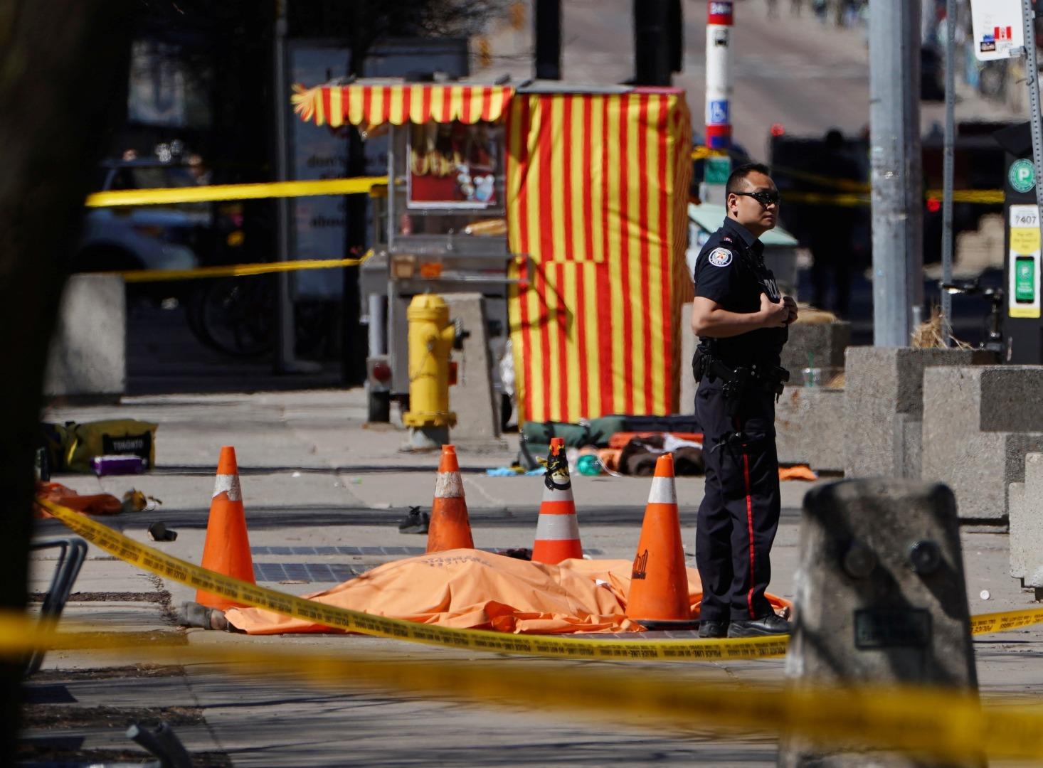 Поне една жертва има на инцидента в Торонто, при който неизвестен засега извършител прегази пешеходци на тротоар.