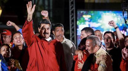 Президентът на Венецуела Николас Мадуро поздравява свои привърженици след вота