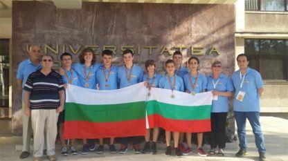 Българските отбори по математика и информатика при завръщането си от Румъния.