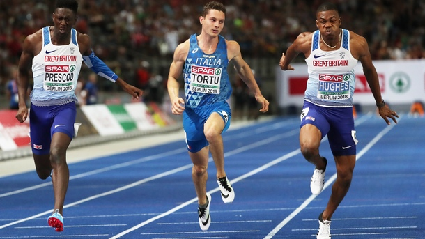 Зарнел Хюз (вдясно) спечели златния медал в спринта на 100 м