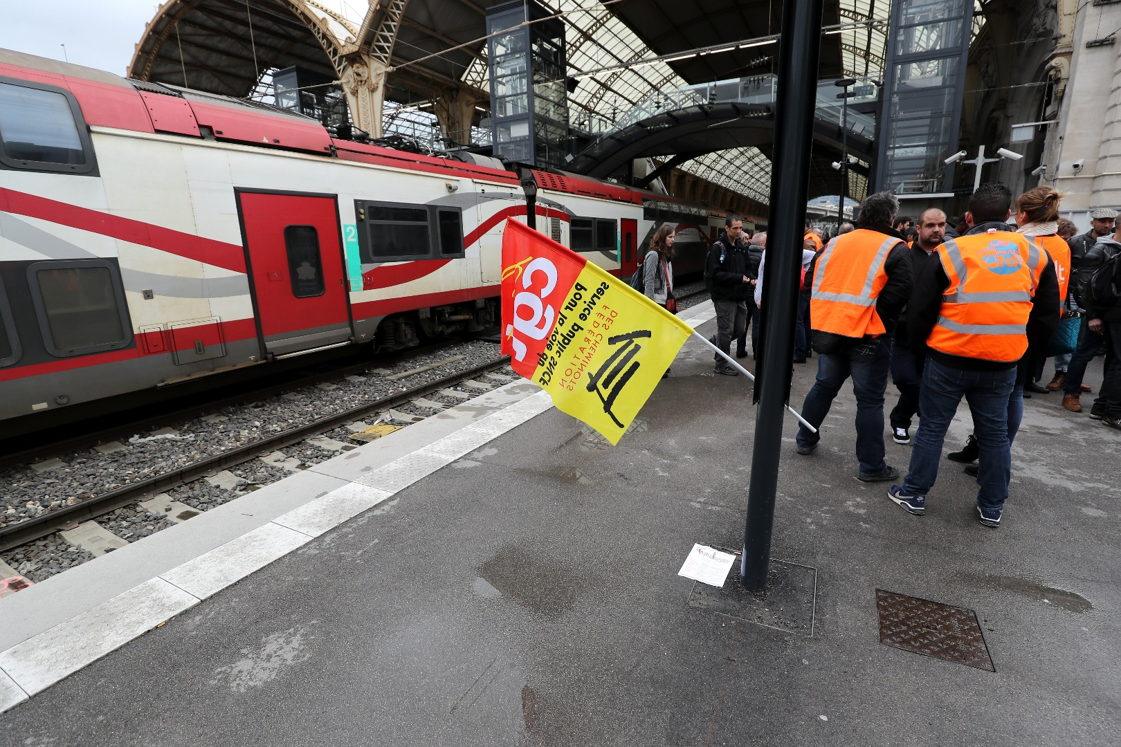 Днес в стачката са се включили 43% от служителите на Ес Ен Се Еф (SNCF).